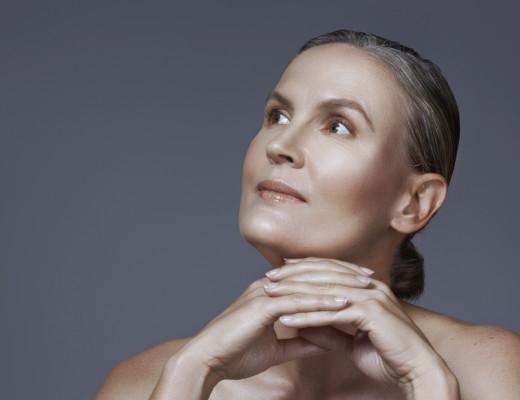 Was braucht die Haut ab 60? Pflegerituale, Anti-Aging-Produkte und Unterstützung mit den richtigen Produkten spielen dabei eine wichtige Rolle. Dazu Make-up-Tipps vom Profi auf www.marinajagemann.com