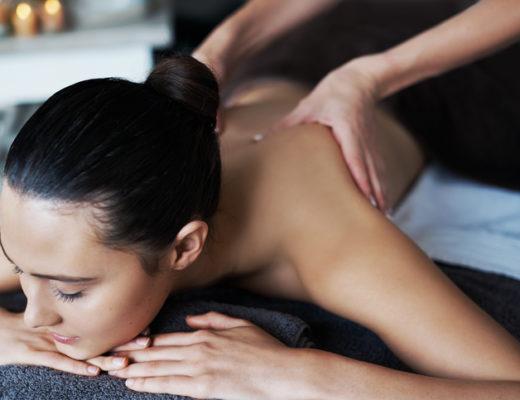 Raus aus dem Stress, rein in die Entspannung. Wohlfühlen pur. Diese Treatments wie Hot Stone Massage, La Stone oder Lomi Lomi Nui gehören in vielen Spas wie im Das Kranzbach zum Programm.