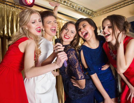 Weihnachtslieder oder Karaoke - egal. Hauptsache man singt selbst. Das baut Stress ab, macht glücklich und hat sogar Anti-Aging-Wirkung.www.marinajagemann.com