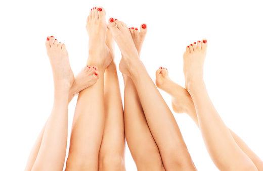 Frauen und Schuhe - eine Liebes- und Leidensgeschichte. Warum vor allem Frauen von Ballenzehen, Hallux valgus, betroffen sind und was man dagegen tun kann?