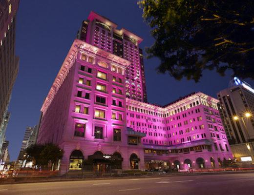 Pink allover! In diesem Oktober wird das Peninsula Hong Kong allabendlich zum pinken Eyecatcher und setzt damit ein Zeichen im Kampf gegen Brustkrebs.