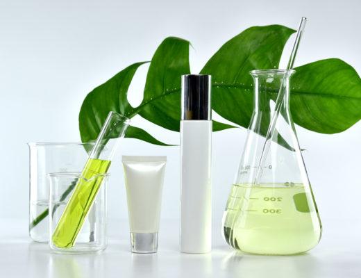 Im Labor entsteht Anti-Aging Pflege mit hochwirksamen Inhaltsstoffen wie Hyaluronsäure, Antioxidantien, Vitamin A, Vitamin C, Marina Jagemann