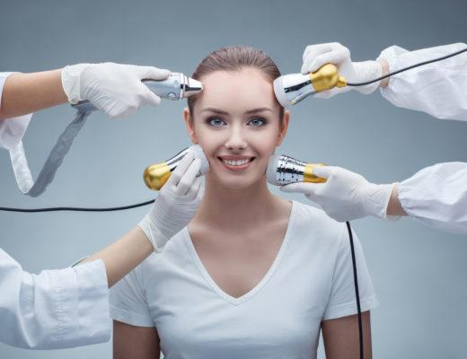 Beauty-Tools für Zuhause, Marina Jagemann, eine junge Frau wird mit Beauty-Tools behandelt