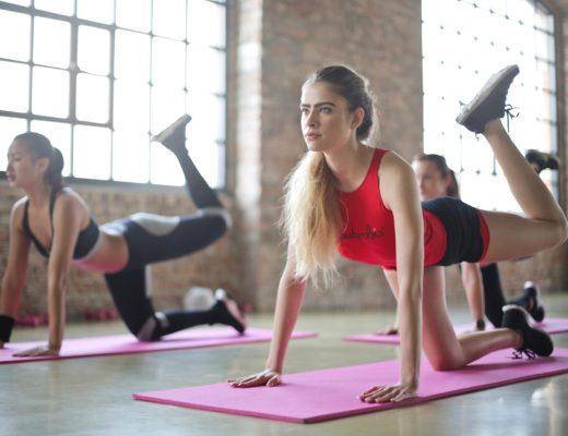 Junge Frauen beim Yoga, wichtigeres Fitness-Trend