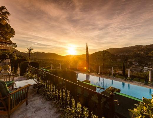 Luxus Urlaub in Mallorca: Der Sonnenuntergang über dem Pool des Hotels Son Net
