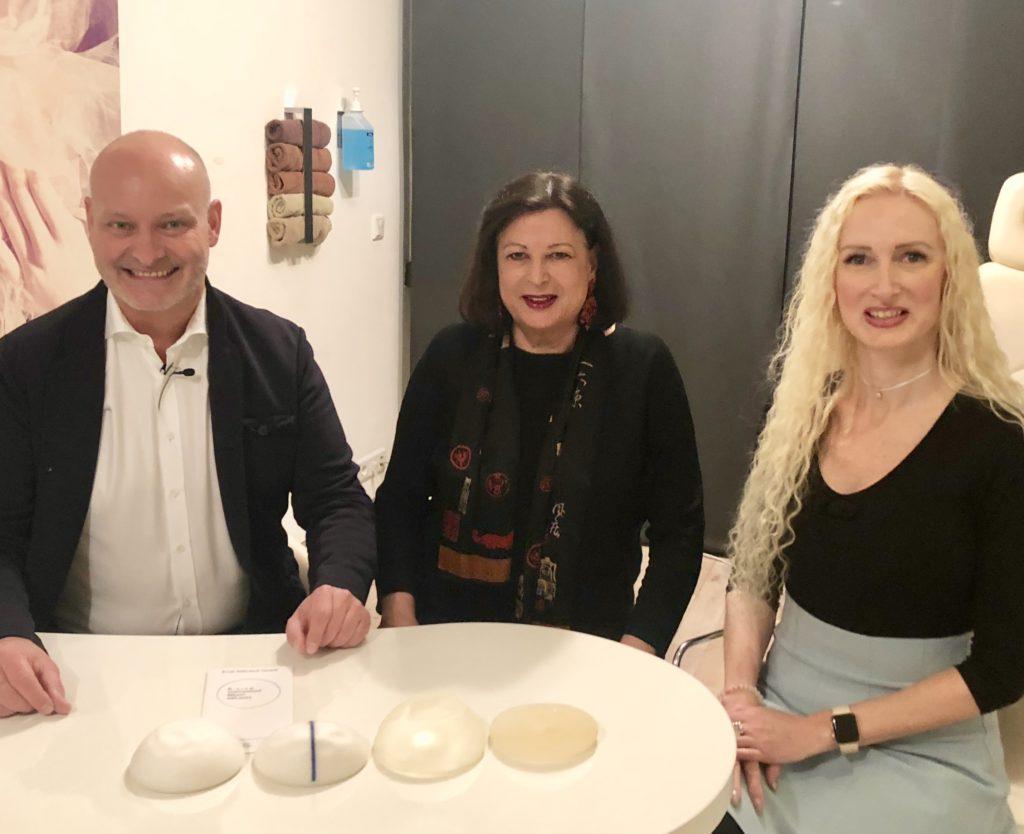 Patientin nach Wechsel von Brustimplantat im Gespräch mit Dr. Jens Baetge und Marina Jageman.n