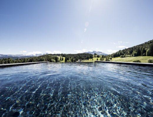 Basenfasten in den Dolomiten: Zur Entspannung geht es danach in den Pool