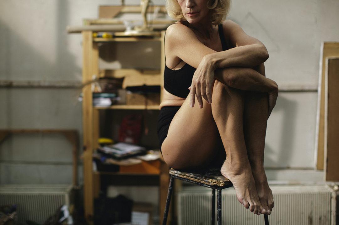 Frau auf einem Stuhl sitzend