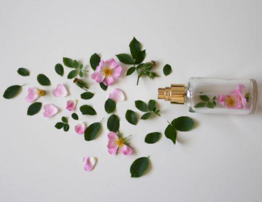 Parfumfläschchen mit Blumen