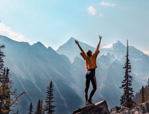 Mädchen auf dem Berg, Bewegung pusht die Hormonwerte