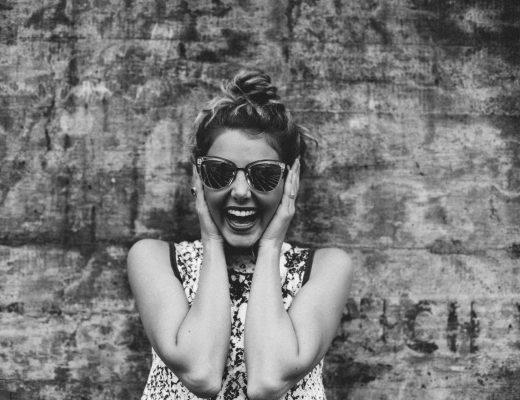 Botox gegen Migräne? Hilft Botox wirklich, Beispielbild lachende Frau