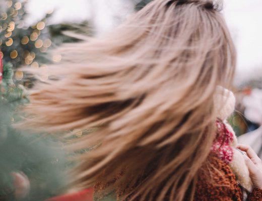 Air Dry: Haare stylen ohne Hitze, Haare fliegen im Wind