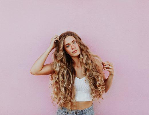 Blowtox - eine Frau mit sehr viel Haarvolumen