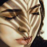 Blitzlampe (IPL), Skinbooster & Vampirlifting – das perfekte Teamwork. Frau mit geschlossenen Augen nach der Behandlung