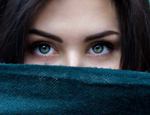 Tränensäcke entfernen damit man einen schönen Blick hat wie die Frau auf diesem Bild