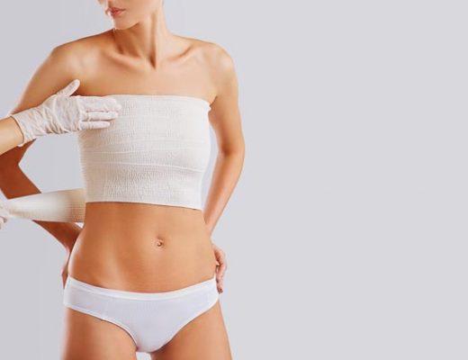 Junge Frau nach Brust OP mit Verband