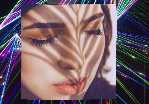 Frauengesicht mit geschlossenen Augen für eine Laserbehandlung der Haut