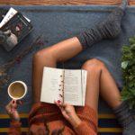 Lesende Frau mit Teetasse
