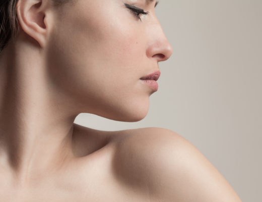 Frau im Profil nach Behandlung gegen fahle haut