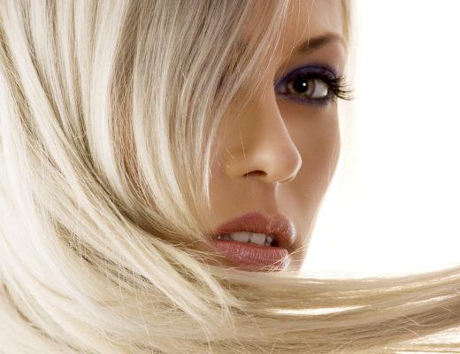 Blonde Frau schaut einem direkt ins Gesicht