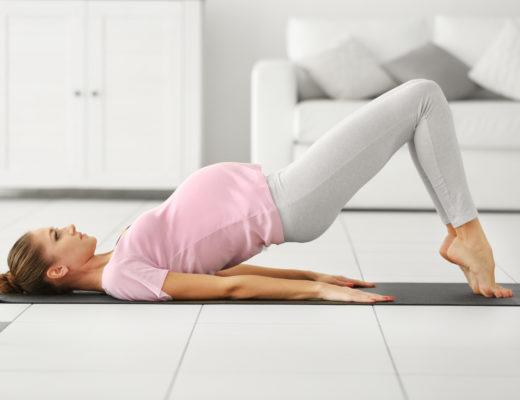 Schwangere Frau bei Yoga Übung
